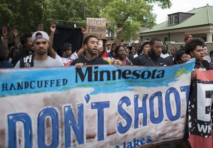Protesters in St. Paul, MN march in response to the killing of Philando Castile (Fibonacci Blue / Flickr)