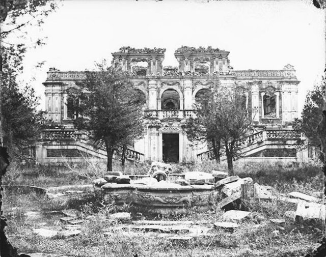 Earliest known photo of the ruins of one of the buildings on the grounds of Emperor's Old Summer Palace, which was looted and burned by the English and the French in 1860. Worldhistory/photo.blogspot